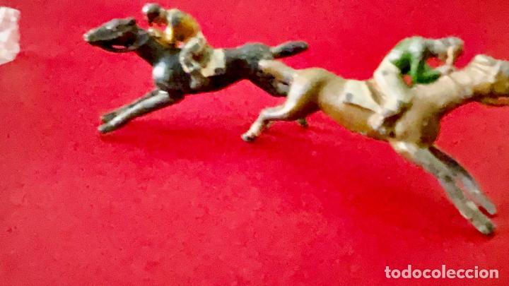 Juguetes Antiguos: LOTE DE 2 CORREDORES DE CABALLOS - DE PLOMO - Foto 5 - 236236710