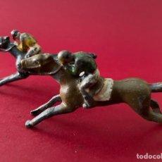 Juguetes Antiguos: LOTE DE 2 CORREDORES DE CABALLOS - DE PLOMO. Lote 236236710