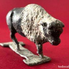 Juguetes Antiguos: BUFALO EN PLOMO - ANIMALES. Lote 236253960