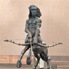 Juguetes Antiguos: FIGURA DE PLOMO DE CENTAURO, HARRY POTTER CON PEANA EDICCION LIMITADA. Lote 243426910