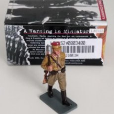 Juguetes Antiguos: 1/30 KING & COUNTRY BERLIN 38 LAH152 SA MAN MARCHING W/RIFLE (BROWN TROUSERS) RETIRED. Lote 203894068