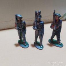 Juguetes Antiguos: LOTE 3 SOLDADOS EN DESFILE METAL. Lote 267469834