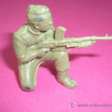 Juguetes Antiguos: SOLDADO PLASTICO RUSO 5CM. Lote 7294120