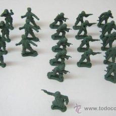 Juguetes Antiguos: LOTE DE 30 SOLDADITOS DE PLASTICO -- 4.5 CM APROX. Lote 36914355
