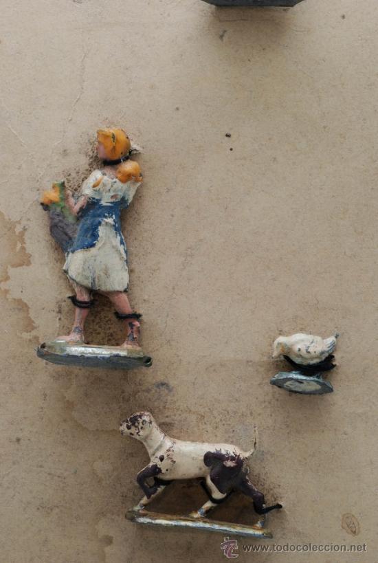 Juguetes Antiguos: Blister cartón figuras plomo granja semiplanas años 40 animales y granjera - Foto 2 - 39203728