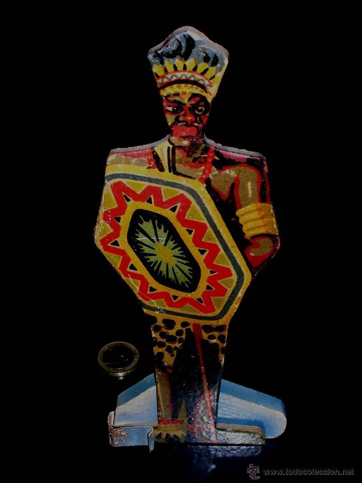 Juguetes Antiguos: Guerrero Zulú africano en cartón compactado con peana de madera y lata, Denia, años 40. - Foto 2 - 40698827