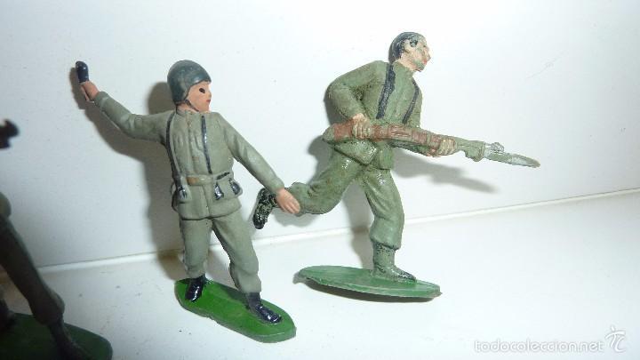 Juguetes Antiguos: 7 soldados soldado goma antiguos años 50 bruver ? jecsan ? guerra mundial 6 cm - Foto 2 - 171538019