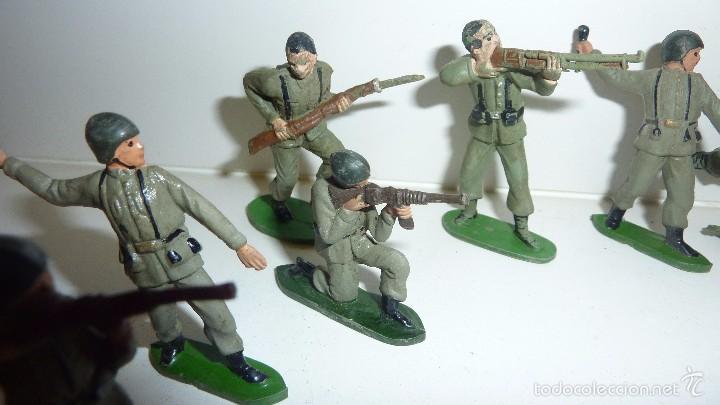 Juguetes Antiguos: 7 soldados soldado goma antiguos años 50 bruver ? jecsan ? guerra mundial 6 cm - Foto 3 - 171538019