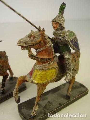 Juguetes Antiguos: Pareja caballeros medievales. 1940 - Foto 2 - 91223145