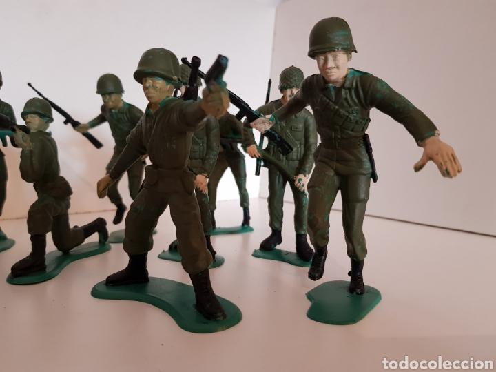 Juguetes Antiguos: Lote de 9 soldados de plástico medida 12 cm de largo color verde militar - Foto 2 - 114371808
