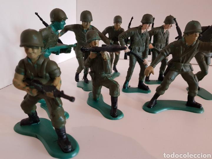 Juguetes Antiguos: Lote de 9 soldados de plástico medida 12 cm de largo color verde militar - Foto 3 - 114371808