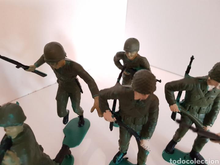 Juguetes Antiguos: Lote de 9 soldados de plástico medida 12 cm de largo color verde militar - Foto 4 - 114371808