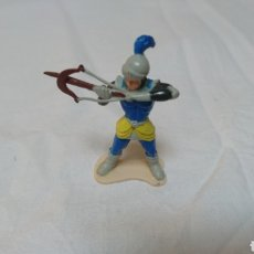 Juguetes Antiguos: FIGURA PVC SOLDADO CON BALLESTA. Lote 117461818