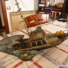 Juguetes Antiguos: TIBURÓN(JAWS) ESCENA DE LA PELICULA STEVEN SPIELBERG-BARCO ORCA Y CAPITAN QUINT-ESCALA 1/32.. Lote 117512267