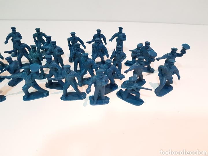 Juguetes Antiguos: Lote variado policías sin pintar de plástico del 0 al 9 desconozco marca medida 5 cm - Foto 3 - 117855284