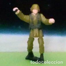 Juguetes Antiguos: SOLDADO GRANADERO / MICRO MACHINES MICROMACHINES / MINIATURA ARTICULADA. Lote 122124623