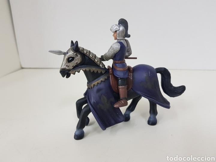 Juguetes Antiguos: Soldado medieval a caballo PVC flor de lis azul medidas 14 x 12 cm Simba - Foto 2 - 131185113