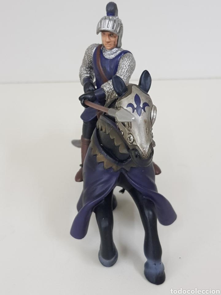 Juguetes Antiguos: Soldado medieval a caballo PVC flor de lis azul medidas 14 x 12 cm Simba - Foto 3 - 131185113