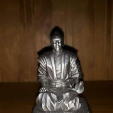 Juguetes Antiguos: FIGURA GUERRERO SAMURAI MAESTRO SHOGUN EN SEIZA 7 CM. ESTAÑO.. Lote 131612451