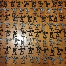 Juguetes Antiguos: LOTE DE 100 SOLDADOS MEDIEVALES DE PLASTICO. VINTAGE.OPORTUNIDAD.. Lote 137988152