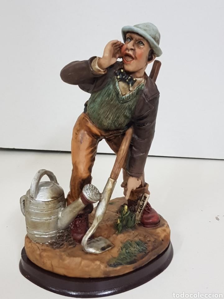 Juguetes Antiguos: Simpático agricultor fabricado en resina hueca con peana de madera medidas 21 x 16 cm - Foto 3 - 138001760