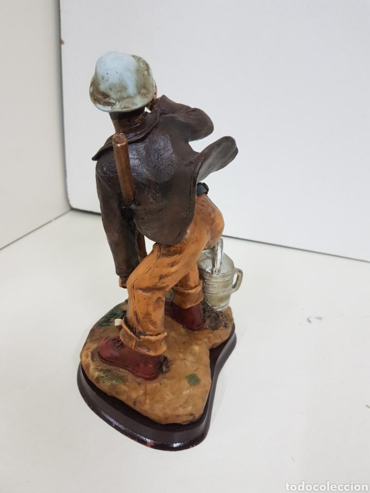 Juguetes Antiguos: Simpático agricultor fabricado en resina hueca con peana de madera medidas 21 x 16 cm - Foto 4 - 138001760