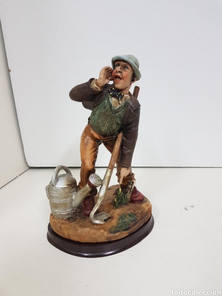 Juguetes Antiguos: Simpático agricultor fabricado en resina hueca con peana de madera medidas 21 x 16 cm - Foto 6 - 138001760