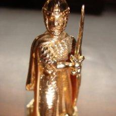 Juguetes Antiguos: SOLDADO CRUZADO EN FIBRA ROSA 10 CM DE ALTURA DORADO . Lote 140848494