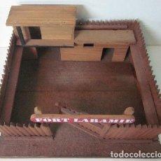 Juguetes Antiguos: FUERTE DE MADERA - FORD LARAMIE . Lote 150392730