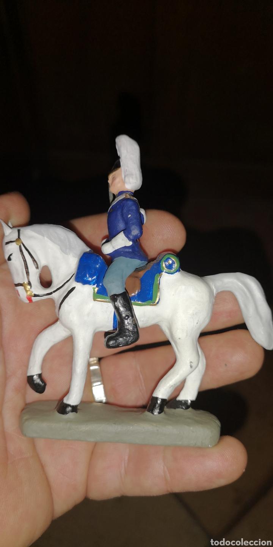 Juguetes Antiguos: Soldado a caballo uniforme de gala realizados en barro pintado a mano - Foto 3 - 153192150