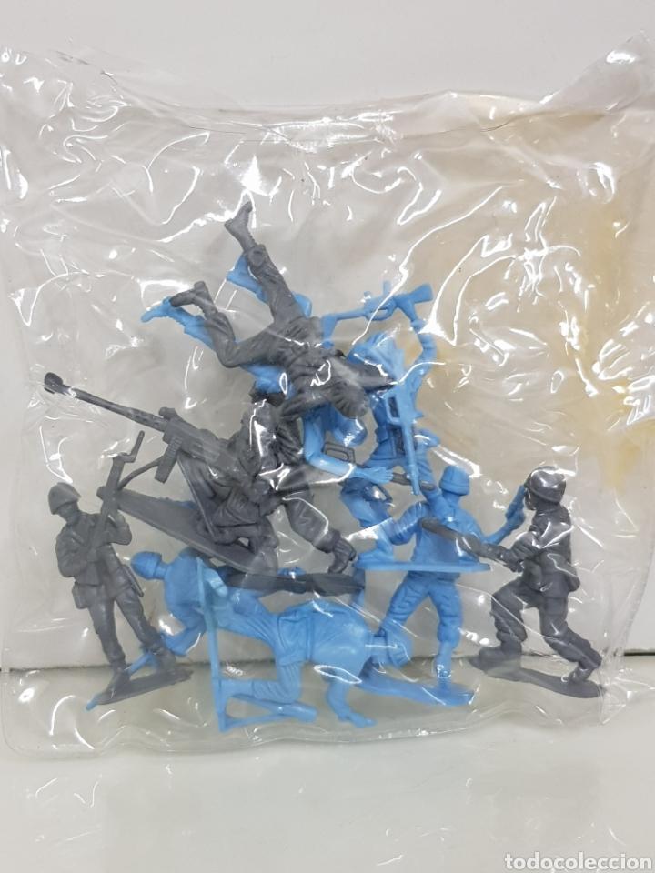 Juguetes Antiguos: Lote de 10 soldados de plástico azul y gris tipo Vidal - Foto 2 - 158409581