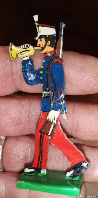 Juguetes Antiguos: Soldado de hojalata pintada a mano de la casa paya - Foto 2 - 160989457