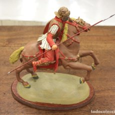 Juguetes Antiguos: FIGURA ROMANO A CABALLO EN RESINA SOBRE PEANA DE MADERA. GRAN DETALLE. Lote 161368522