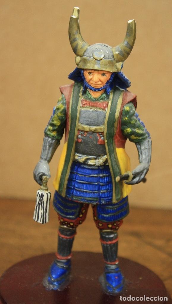 Juguetes Antiguos: FIGURA GUERRERO SAMURAI, JAPON. S. XVIII. SOBRE PEANA DE MADERA. EN RESINA - Foto 2 - 164709478