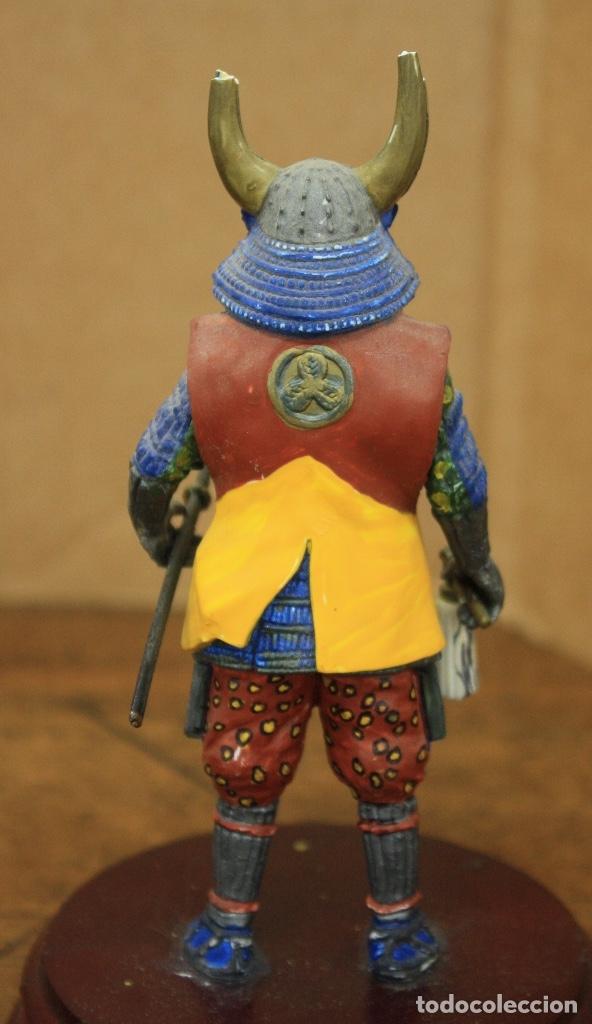 Juguetes Antiguos: FIGURA GUERRERO SAMURAI, JAPON. S. XVIII. SOBRE PEANA DE MADERA. EN RESINA - Foto 3 - 164709478