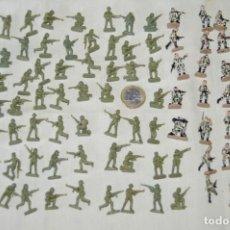 Juguetes Antiguos: SOBRE 75 FIGURAS / MILITARES - SOLDADOS TAMAÑO SIMILAR MONTAPLEX - SIN IDENTIFICAR MARCA AÑOS 60. Lote 166518874