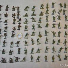 Juguetes Antiguos: SOBRE 105 FIGURAS / MILITARES - SOLDADOS - SIN IDENTIFICAR MARCA AÑOS 60. Lote 166552426