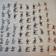 Juguetes Antiguos: SOBRE 60 FIGURAS / MILITARES - SOLDADOS TAMAÑO SIMILAR MONTAPLEX - SIN IDENTIFICAR MARCA AÑOS 60. Lote 166557202
