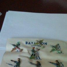 Juguetes Antiguos: ANTIGUO CARTON BATALLON DE SOLDADOS Y AVIONES , ES DE LOS AÑOS 50 ,UN SOLDADO TIENE LA PEANA SUELTA.. Lote 167497064