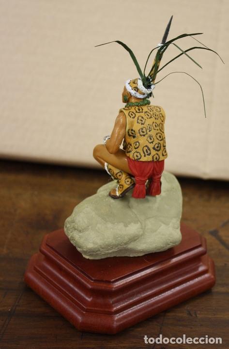 Juguetes Antiguos: FIGURA RESINA INDIGENA EN LA CONQUISTA DEL NUEVO MUNDO. SOBRE PEANA DE MADERA. GRAN DETALLE - Foto 3 - 170270076