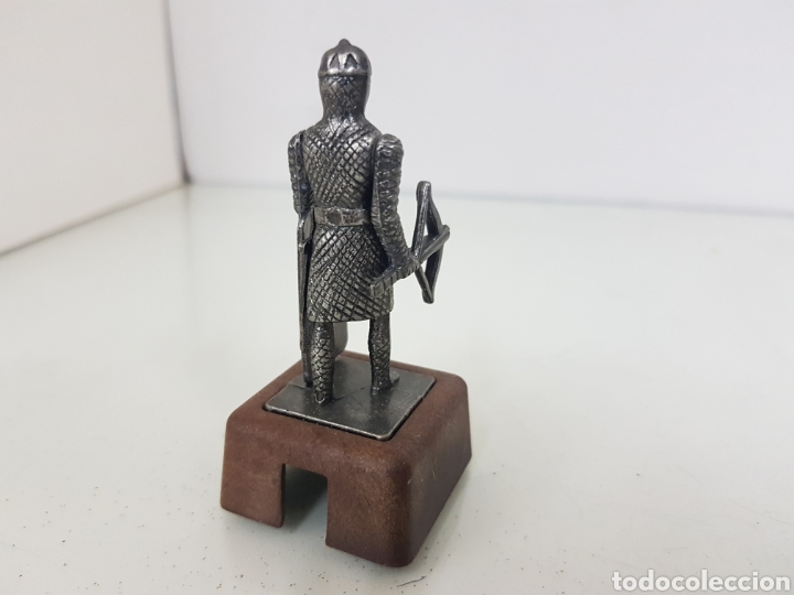 Juguetes Antiguos: Ballestero danés siglo 13 en metal con peana de plástico preparada para sacapuntas de 8 centímetros - Foto 2 - 171505162