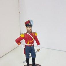 Juguetes Antiguos: SOLDADO DE RESINA HUECA CON PEANA DE MADERA CON UNIFORME ROJO DE 18 CM. Lote 171680579