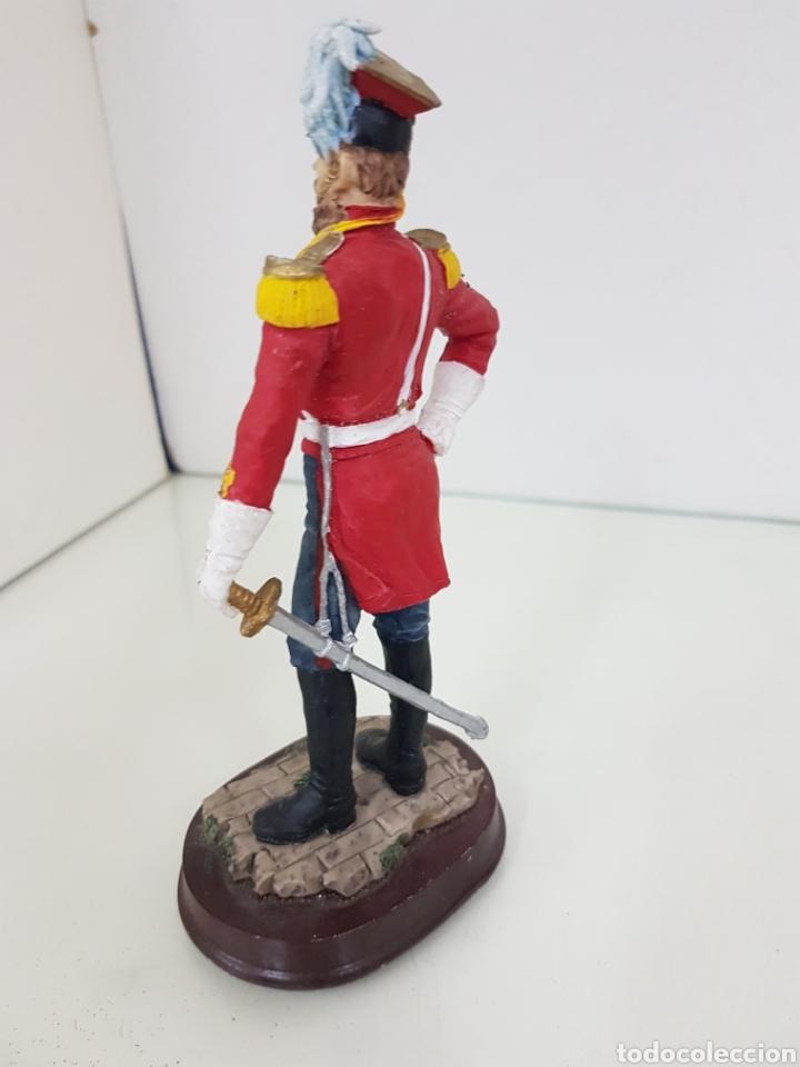Juguetes Antiguos: Soldado de resina hueca con peana de madera con uniforme rojo de 18 cm - Foto 2 - 171680579