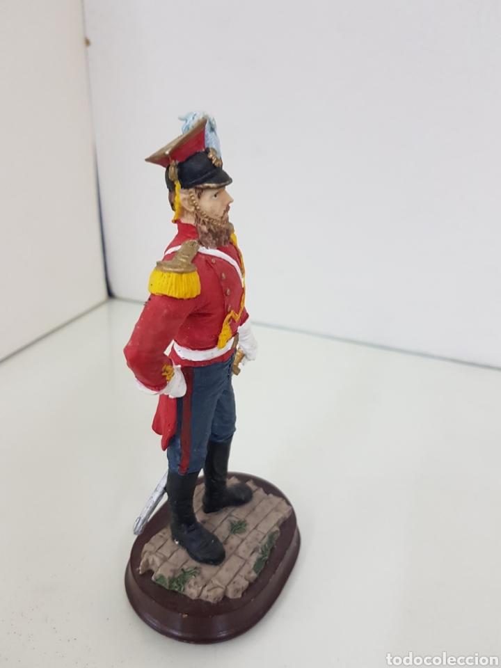 Juguetes Antiguos: Soldado de resina hueca con peana de madera con uniforme rojo de 18 cm - Foto 3 - 171680579