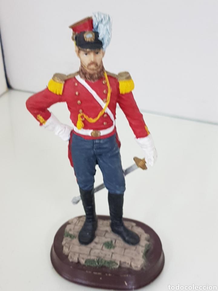 Juguetes Antiguos: Soldado de resina hueca con peana de madera con uniforme rojo de 18 cm - Foto 4 - 171680579