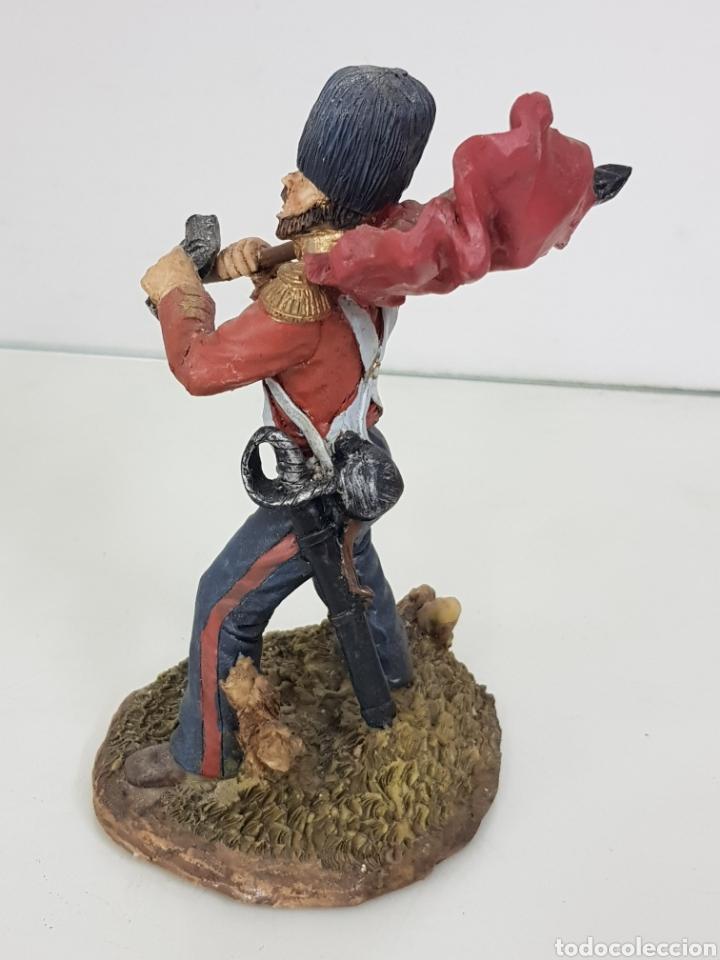 Juguetes Antiguos: Soldado con bandera de 17 cm fabricado en resina le falta cañon al revólver - Foto 2 - 171680700