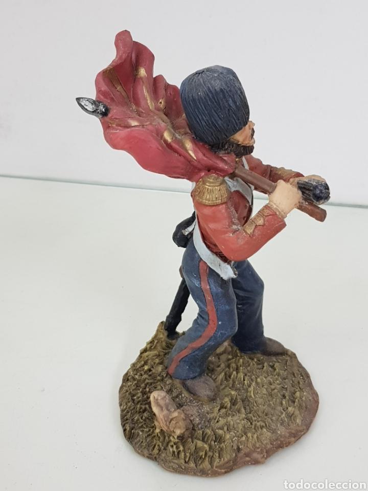 Juguetes Antiguos: Soldado con bandera de 17 cm fabricado en resina le falta cañon al revólver - Foto 3 - 171680700