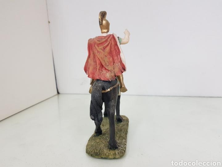 Juguetes Antiguos: Soldado romano a caballo señalando fabricado en resina hueca de 17,5 cm - Foto 4 - 171681109