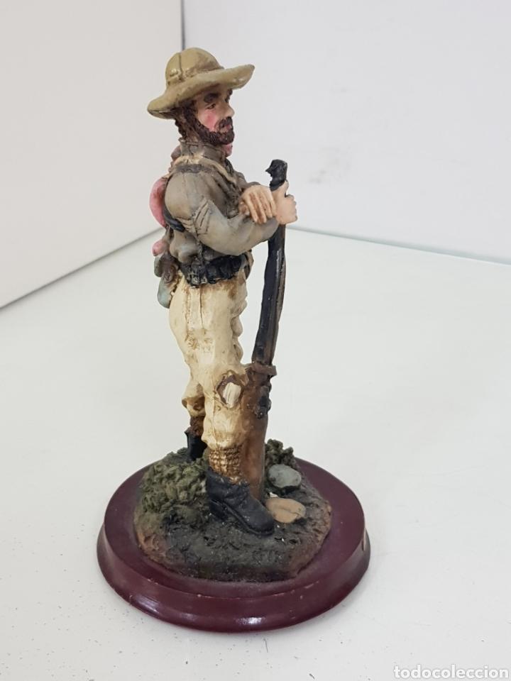 Juguetes Antiguos: Cazador del Oeste con rifle fabricado en resina con peana de madera de 15 cm - Foto 3 - 171681297