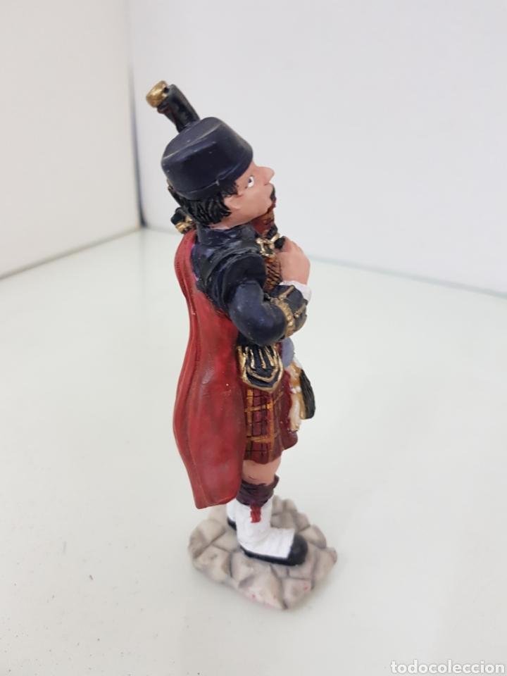 Juguetes Antiguos: Figura de gaitero escocés fabricada en resina de 14,5 cm - Foto 2 - 171681360